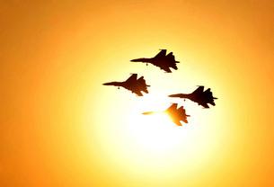 The Russian Knights display team perform high flying aerobatics.の写真素材 [FYI02106300]
