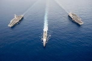 USS George Washington, USS Mobile Bay, & USS John C. Stennis.の写真素材 [FYI02106303]