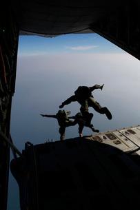 U.S. Marines conduct jump training with a Royal Thai Marine Corps.の写真素材 [FYI02106363]