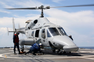 U.S. Sailors chock and chain an Ecuadorian Navy Bell 230 helicopter.の写真素材 [FYI02106385]