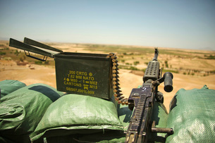 A M240B medium machine gun is positioned at an observation post.の写真素材 [FYI02106402]