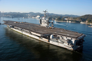 The aircraft carrier USS George Washington transits Tokyo Bay.の写真素材 [FYI02106410]