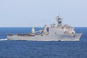 The amphibious dock landing ship USS Carter Hall.の写真素材 [FYI02106448]