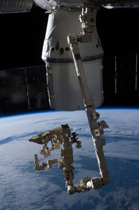 The SpaceX Dragon commercial cargo craft berthed to the ISS.の写真素材 [FYI02106473]