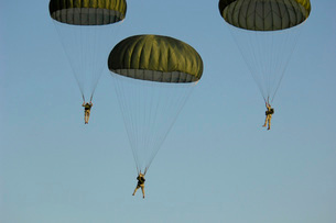 Paratroopers descend through the sky.の写真素材 [FYI02106480]