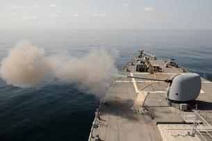 An Mk-45 lightweight gun is fired aboard guided missile destroyer USS Mitscher.の写真素材 [FYI02106499]