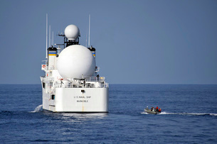 Sailors in a rigid-hull inflatable approach USNS Invincible.の写真素材 [FYI02106501]