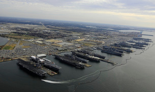 Aircraft carriers in port at Naval Station Norfolk, Virginia.の写真素材 [FYI02106514]