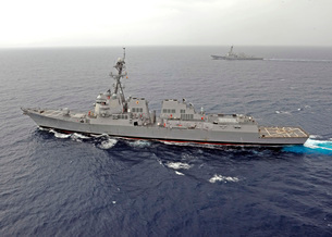 Guided missile destroyers USS Dewey and USS Pinckney transit the South China Sea.の写真素材 [FYI02106518]