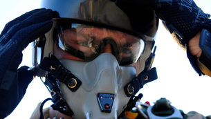 A U.S. Airman secures his oxygen mask.の写真素材 [FYI02106520]