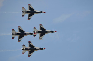 The U.S. Air Force Thunderbirds fly in formation.の写真素材 [FYI02106536]