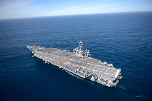 The aircraft carrier USS Carl Vinson in the Pacific Ocean.の写真素材 [FYI02106537]