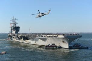 Nimitz-class aircraft carrier USS Dwight D. Eisenhower.の写真素材 [FYI02106545]