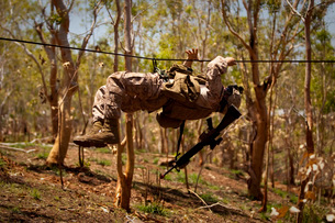 A U.S. Marine participates in a gorge crossing demonstration.の写真素材 [FYI02106594]