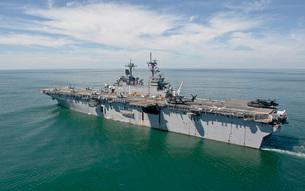 The amphibious assault ship USS Wasp transits the Atlantic Ocean.の写真素材 [FYI02106608]
