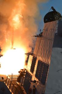 USS Michael Murphy fires an RIM-66M SM-2 missile.の写真素材 [FYI02106644]