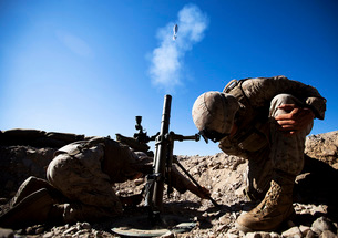 U.S. Marines brace themselves while firing a 60mm mortar round.の写真素材 [FYI02106683]