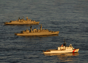 A convoy of naval ships move into formation during UNITAS 52 in the Atlantic Ocean.の写真素材 [FYI02106704]