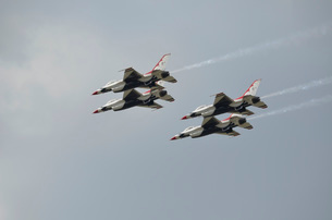 The U.S. Air Force Thunderbirds fly in formation.の写真素材 [FYI02106767]