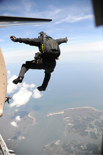 Member of the U.S. Army Golden Knights Parachute Team.の写真素材 [FYI02106777]