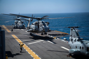 A CH-53E Super Stallion helicopter lifts off from USS Peleliu.の写真素材 [FYI02106782]