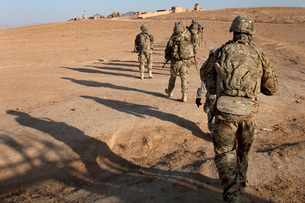 U.S. Army soldiers walk toward a checkpoint in Afghanistan.の写真素材 [FYI02106821]