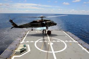 An SH-60F Sea Hawk helicopter lowers pallets onto HMAS Ballarat.の写真素材 [FYI02106828]