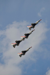 The U.S. Air Force Thunderbirds fly in formation.の写真素材 [FYI02106836]