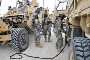 U.S. Army Soldiers jump start a light medium tactical vehicle.の写真素材 [FYI02106862]
