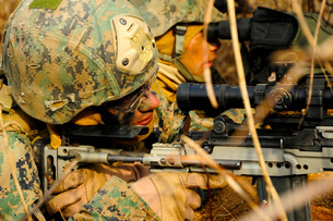 U.S. Marine uses a spotting scope to help fellow Marine identify a target.の写真素材 [FYI02106931]