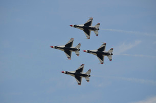 The U.S. Air Force Thunderbirds fly in formation.の写真素材 [FYI02106938]