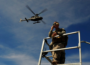 A Joint Terminal Attack Controller communicates a close air support mission.の写真素材 [FYI02106944]