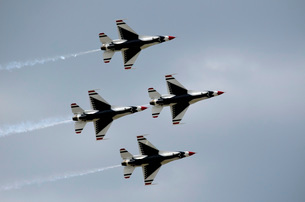 The U.S. Air Force Thunderbirds fly in formation.の写真素材 [FYI02106952]