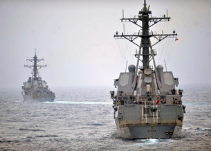 USS Porter and USS Nitze participate in a simulated strait transit exercise.の写真素材 [FYI02106970]