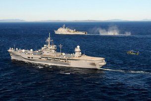 USS Blue Ridge conducts flight operations in the Coral Sea while underway with  USS Germantown.の写真素材 [FYI02106978]