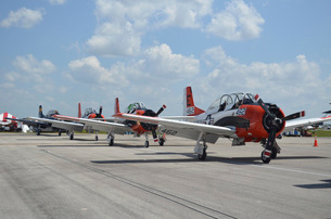 T-28C Trojan aircraft lined up on the flight line.の写真素材 [FYI02106980]