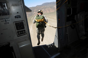 U.S. Airman jumps from a C-17 Globemaster III over Nevada.の写真素材 [FYI02107001]