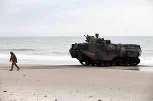 A U.S. Marine guides an amphibious assault vehicle on Onslow Beach.の写真素材 [FYI02107004]