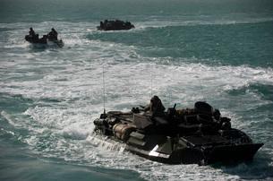 Amphibious assault vehicles transit the Arabian Gulf.の写真素材 [FYI02107008]