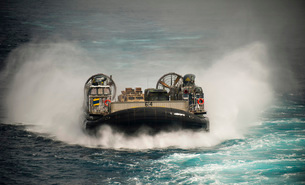 A landing craft air cushion transits the Pacific Ocean at high speed.の写真素材 [FYI02107039]