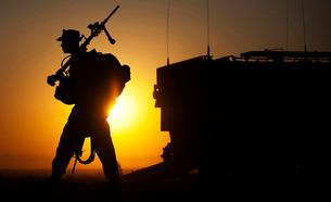 A machine gunner prepares to load an amphibious assault vehicle.の写真素材 [FYI02107060]