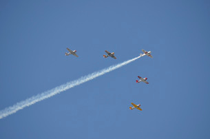 A group of restored vintage warbirds fly in formation.の写真素材 [FYI02107107]