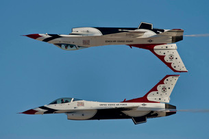 U.S. Air Force Thunderbirds demonstrate the calypso pass.の写真素材 [FYI02107122]