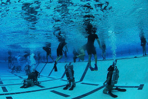 BUD/S students participate in underwater night gear exchange during the second phase of training.の写真素材 [FYI02107133]