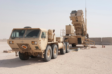 U.S. Army soldiers power-up a MIM-104 Patriot Missile System.の写真素材 [FYI02107138]