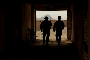 U.S. Army soldiers patrol a village in Afghanistan.の写真素材 [FYI02107151]