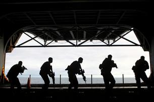 Marines conduct rifle movement drills aboard USS Iwo Jima.の写真素材 [FYI02107156]