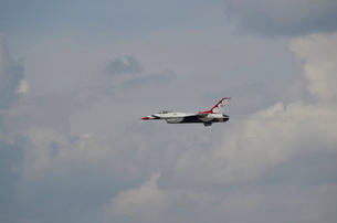 An F-16 of the United States Air Force Thunderbirds.の写真素材 [FYI02107174]
