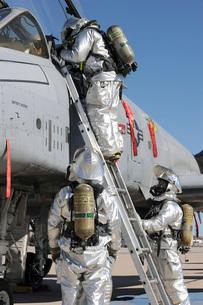 U.S. Air Force Airmen perform a rescue scenario.の写真素材 [FYI02107257]