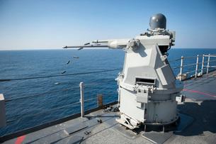 An Mk-38 machine gun system aboard USS Pearl Harbor.の写真素材 [FYI02107271]